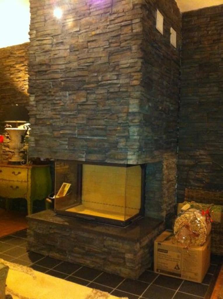 portes de cheminée d'installation de placage en pierre