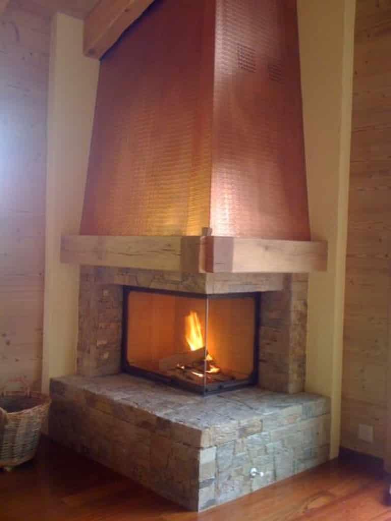 Chemin e avec hotte en cuivre morgins art feu for Decoration hotte de cheminee
